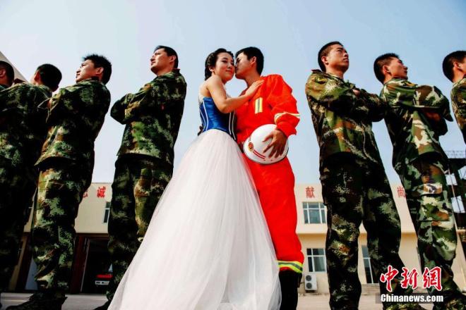 消防队里的浪漫婚纱照